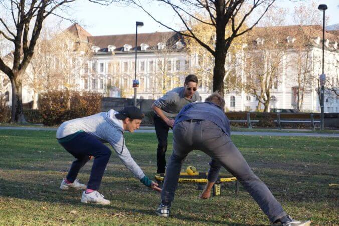 Spikeball im Park