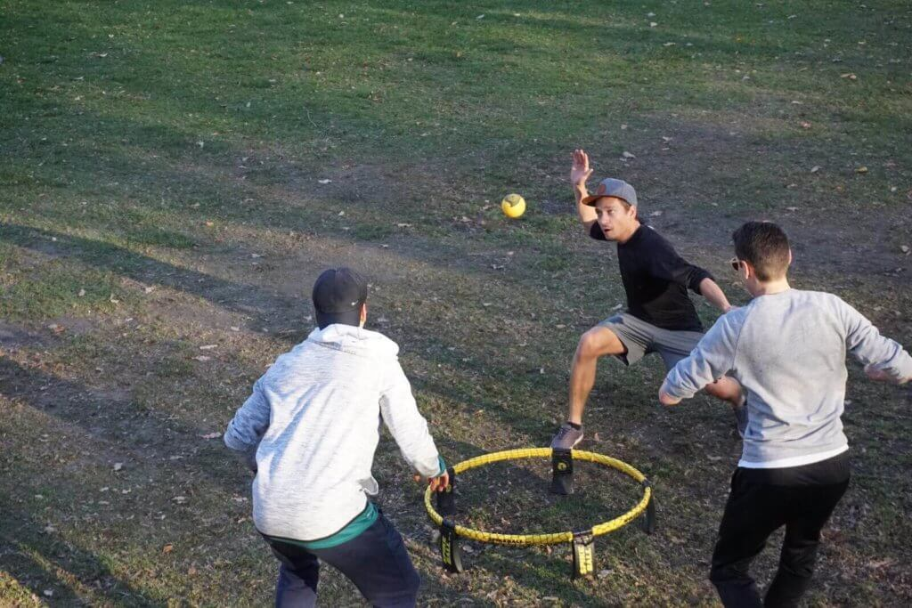 Spikeball Spielen im Park in Innsbruck