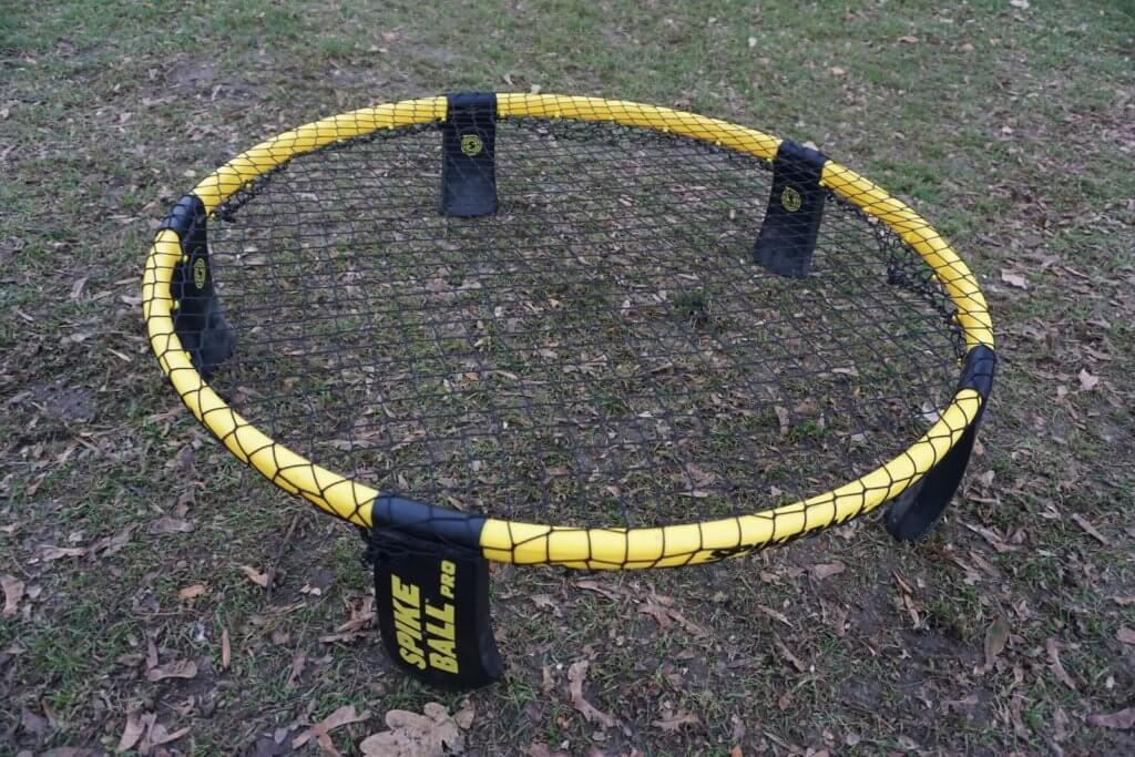 Aufgebautes Spikeball Pro Set im Park