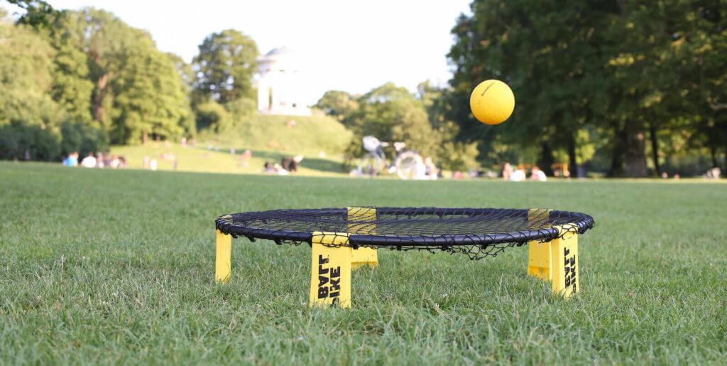 Ball nach der Angabe auf einem Spikeball Set
