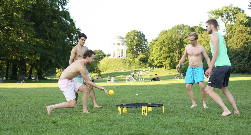 Spikeball spielende Jungs in München