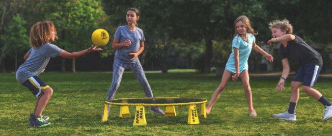 Kids beim Spikeball spielen
