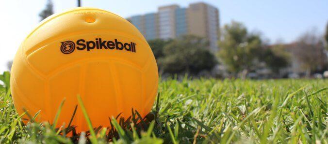 aufgepumpter Spikeball im Gras