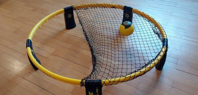 So spannst du das Spikeball Netz