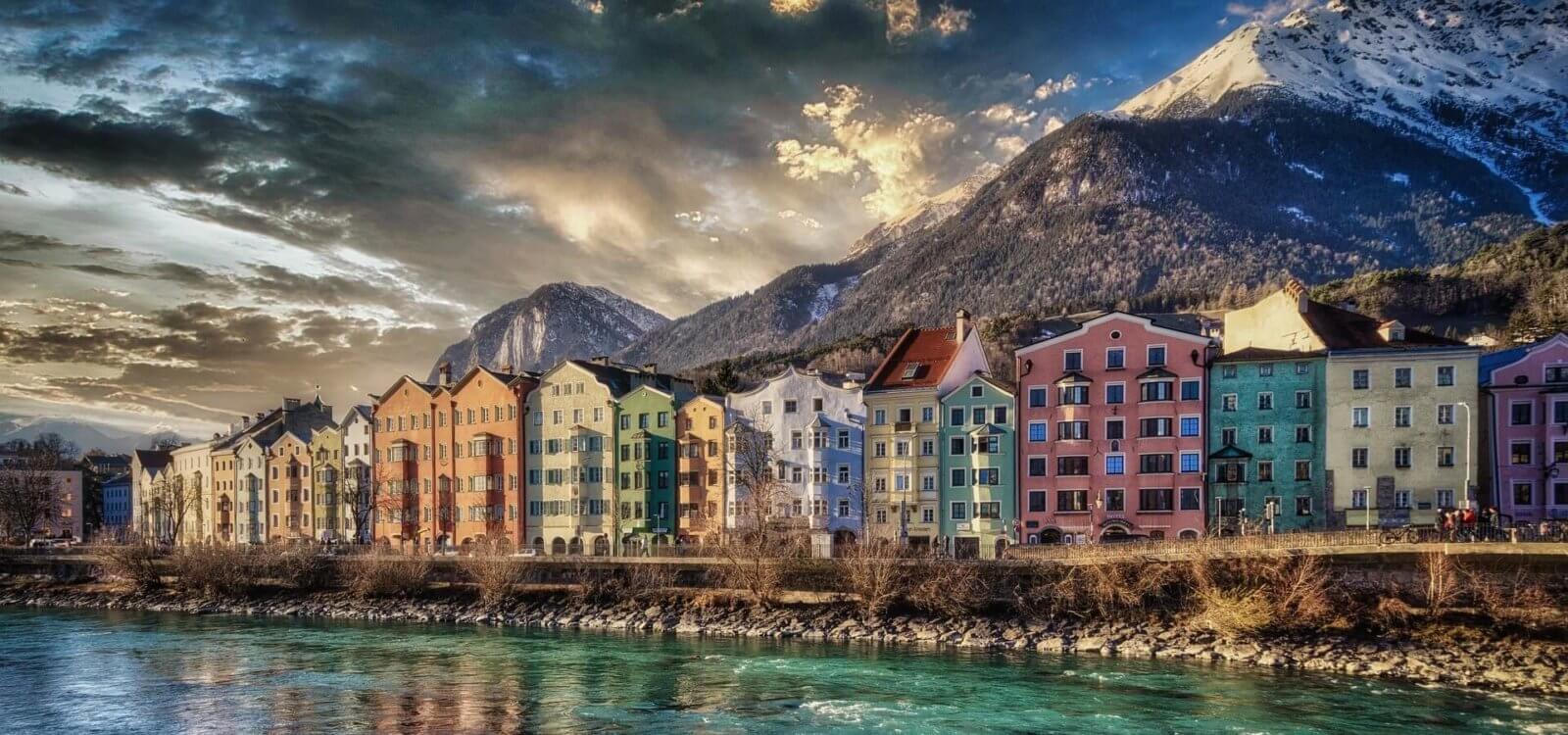 Innsbrucks typische Häuser am Inn