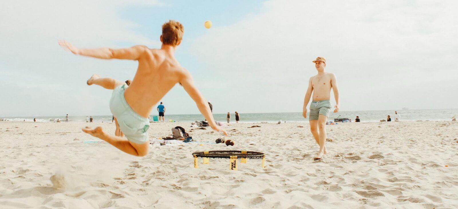 Spikeball spielen am Strand