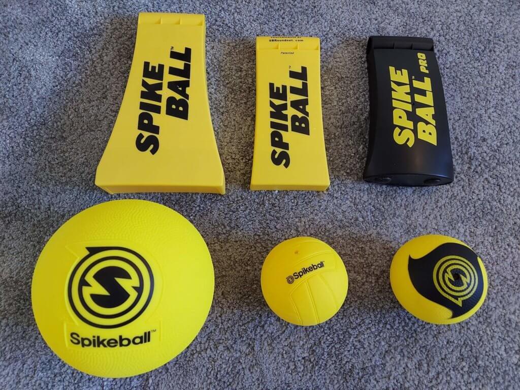 Füße und Bälle der 3 Spikeball Sets